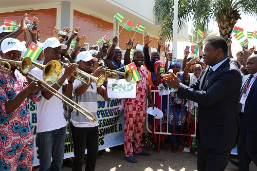 colonie togolaise au Burkina saluant le chef de l'Etat
